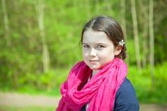 Ung flicka i en skog Royaltyfri Bild