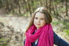 Ung flicka i en skog Arkivbild