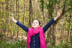 Ung flicka i en skog Arkivbilder