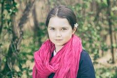 Ung flicka i en skog Arkivfoton