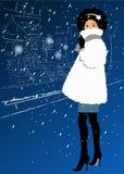 Ung flicka i en vit pälsfodrar täcker i snowen Fotografering för Bildbyråer