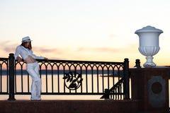 Ung flicka i en vit skjorta och hatt Arkivbild