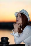 Ung flicka i en vit skjorta och hatt Arkivfoto