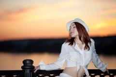 Ung flicka i en vit skjorta och hatt Fotografering för Bildbyråer