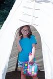 Ung flicka i en vit tipi Arkivfoton