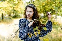Ung flicka i etnisk kläder Fotografering för Bildbyråer