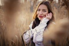 Ung flicka i ett gräs Arkivbilder