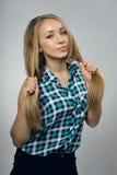 Ung flicka i ett sleeveless royaltyfria bilder