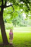 Ung flicka i grönskan Petersburg Royaltyfri Fotografi