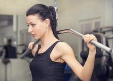 Ung flicka i idrottshallen för sportar Arkivfoto