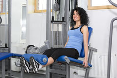 Ung flicka i idrottshallen för sportar Royaltyfria Bilder