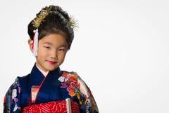 Ung flicka i kimono på vit Arkivbild