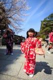Ung flicka i kimonoklänning Arkivbild