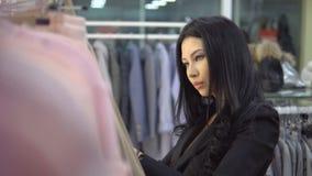 Ung flicka i klädlager ben för bakgrundspåsebegrepp som shoppar den vita kvinnan lager videofilmer