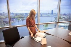 Ung flicka i kontoret arkivfoton
