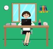 Ung flicka i kontoret på skrivbordet Fotografering för Bildbyråer
