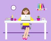Ung flicka i kontoret på skrivbordet Royaltyfri Bild