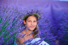Ung flicka i lavanderfälten arkivbild