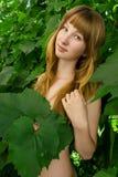 Ung flicka i leavesna av druvor 4790 Royaltyfri Bild