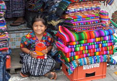 Ung flicka i marknad i Antigua, Guatemala. royaltyfri fotografi