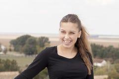 Ung flicka i natur Arkivfoto