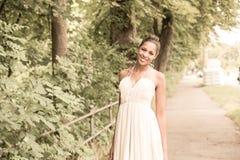 Ung flicka i parken Arkivfoto