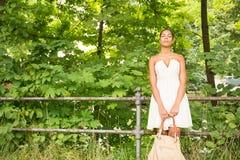 Ung flicka i parkera Royaltyfri Foto