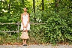 Ung flicka i parkera Arkivfoto