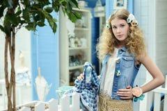 Ung flicka i provence stil Royaltyfria Bilder