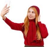 Ung flicka i röd kläder som gör selfie bakgrund isolerad white fotografering för bildbyråer