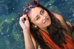 Ung flicka i röd solglasögon Arkivbilder