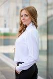 Ung flicka i tröjan som poserar på gatan, ståendelynnet, s Royaltyfri Bild