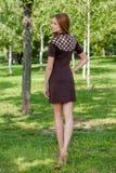 Ung flicka i tröjan som poserar på gatan, ståendelynnet, s Royaltyfria Bilder