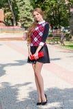 Ung flicka i tröjan som poserar på gatan, ståendelynnet, s Arkivbild