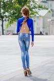 Ung flicka i tröjan som poserar på gatan, ståendelynnet, s Royaltyfri Fotografi