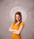 ung flicka med abstrakta runda klotterlinjer och symboler Royaltyfri Bild