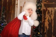 Ung flicka med att ha på sig pälsfodrar hatten Arkivbild