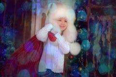 Ung flicka med att ha på sig pälsfodrar hatten Royaltyfria Foton