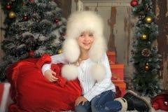 Ung flicka med att ha på sig pälsfodrar hatten Royaltyfri Fotografi