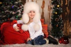 Ung flicka med att ha på sig pälsfodrar hatten Arkivbilder