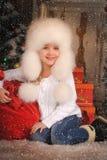Ung flicka med att ha på sig pälsfodrar hatten Royaltyfri Bild