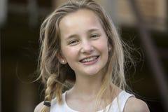 Ung flicka med att le för flätade trådar Arkivfoton
