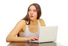 Ung flicka med bärbar dator Royaltyfri Foto