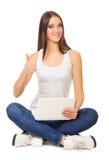 Ung flicka med bärbar dator Arkivbild