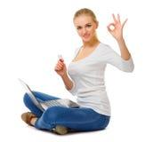 Ung flicka med bärbar dator- och plast-kortet arkivbild