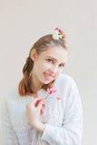 Ung flicka med blommor Royaltyfri Foto