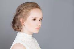 Ung flicka med den Boho frisyren profil Arkivfoto