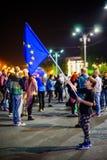 Ung flicka med den europeiska fackliga flaggan i Bucharest, Rumänien Arkivfoton
