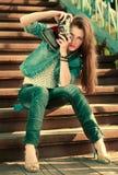Ung flicka med den gammala kameran Royaltyfri Fotografi