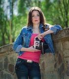 Ung flicka med den gammala kameran Royaltyfria Bilder